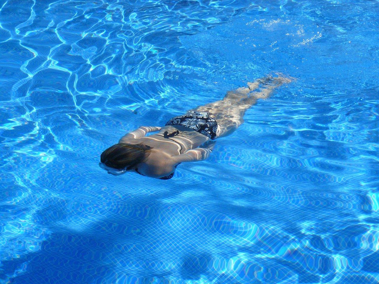 във форма през лятото плуване